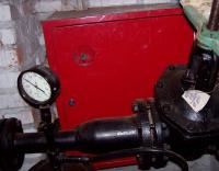 Пожарный шкаф за элементами пожарного водопровода (задвижкой, манометром)